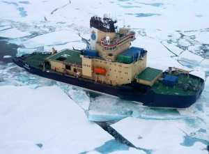 Den svenske isbryder Oden midt i isen