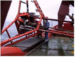 Det 5 m høje boretårn blev sat ned på havbunden på 67 udvalgte positioner, hvor vi forsøgte at bore.