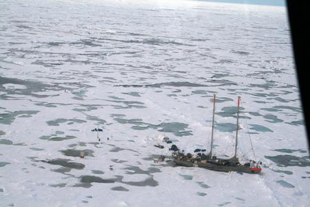 Den indefrosne franske sejlbåd Tara, der indgår i forskningsprojektet DAMOCLES, får besøg fra Oden. Gæsterne bragte udrustning og friske varer