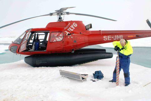 Hans Ramløv borer en iskerne ud af en isflage