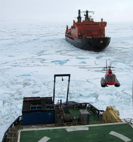 Helikopteren Helge-Ivar bruges til transporten mellem fartøjerne