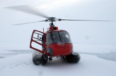 Helikoptern bruges til isrekognoscering og til at transportere forskerne ud på isen for at arbejde. Foto: Polarforskningssekretariatet