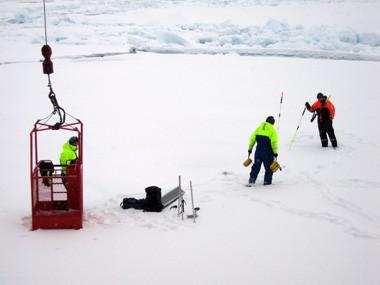 Vel ude på isen. Inden arbejdet begynder, kontroller forskerne om der er sprækker i isen under sneen. Foto: Polarforskningssekretariatet.