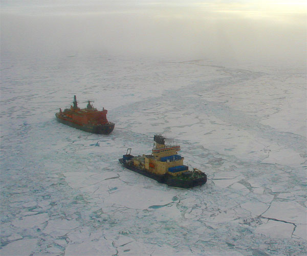 Isbryderne Oden og 50 Let Pobedy følges ad over Polhavet (her er Oden endnu forrest)