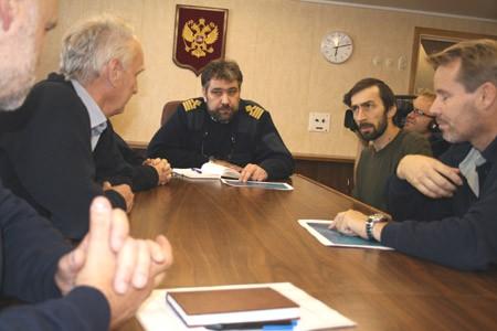 Kaptajn Dimiitrij på Pobedy har været utroligt hjælpsom. Her ses han sammen med bl.a. Christian Marcussen til venstre og den russiske forsker, Leonid Polyak (fra Oden) til højre, der hjælper med at tolke. Foto: Polarforskningssekretariatet.