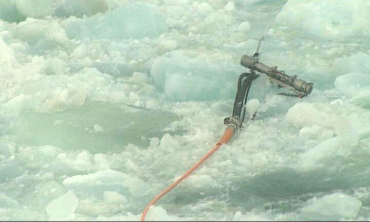 Luftkanon og kabler på isflage