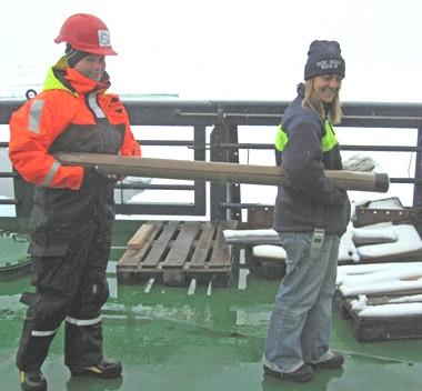 Når kernen er blevet taget op, deles den op og bringes dernæst til laboratoriet for at blive registreret, fotograferet og analyseret. Foto: Polarforskningssekretariatet.