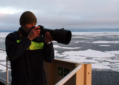 Når solen endelig var fremme var der flere fotografer på dækket, også for at fastholde de smukke solnedgange. Foto: Polarforskningssekretariatet.