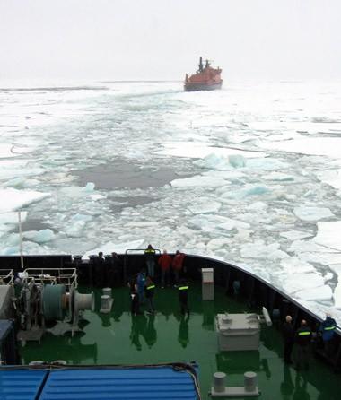 Næsten alle ekspeditionsdeltagerne var på dækket og vinkede farvel, da 50 Let Pobedy vendte stævnen mod Murmansk. Foto: Polarforskningssekretariatet.