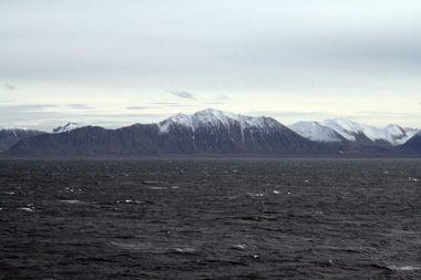 Oden passerer Svalbards karakteristiske fjeld, som rejser sig på begge sider af fjordene på vej mod Longyearbyen. Foto: Polarforskningssekretariatet.