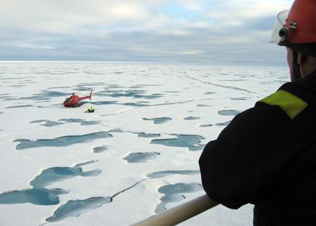 På den første isstation blev forskerne sat ned på isen lige ved siden af Oden