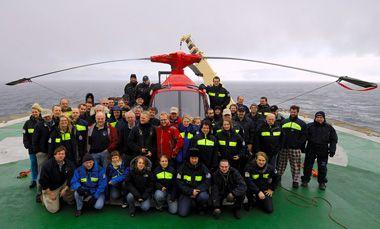 Vi fik taget et gruppefoto på helikopterdækket, lige da vejret slog om til sne og hård vind. Foto: Björn Eriksson.