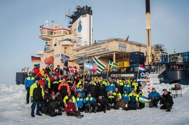 Gruppebillede på Nordpolen (Foto: Björn Eriksson, Det svenske Polarforskningssekretariat)