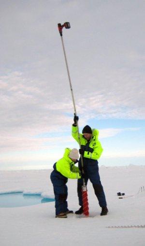 Marie Lykke Rasmussen og Nikolaj tager en iskerne op. (Foto: Gorm Dybkjær)
