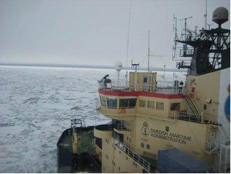 Oden set fra helikopter. Over styrehuset (broen), på Monkey Island, ses instrumenterne der måler havis-temperaturer i infrarød og mikrobølge.