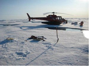 Feltarbejde på isen – en bøje er netop monteret til venstre i billeder. Bøjen sender position og temperaturprofil hver 2. time via en iridium telefonforbindelse.
