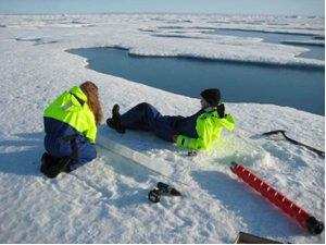 En iskerne undersøges – temperaturprofilet måles på stedet og så skæres kernen op i skiver, som smeltes i laboratoriet på skibet og saltindholdet måles derefter. Det er vigtigt at man giver sig god tid når man måler et temperaturprofil.