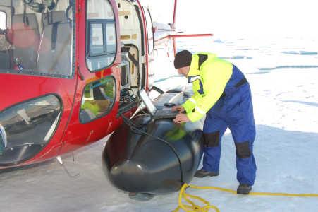 Niki Andersen lodder dybden i Arktis ved Lomonosov Ryggen.