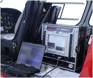 Simpelt setup i helikopter, som består af et ekkolod, en GPS modtager samt en bærbar computer til dataopsamling.