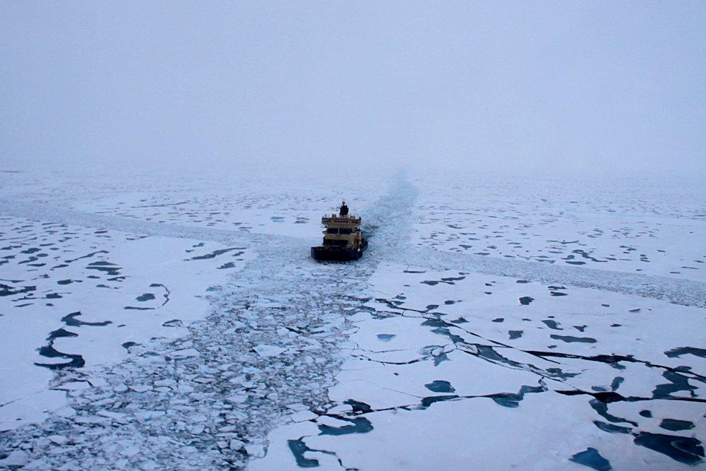 Oden indsamler seismiske data langs en på forhånd brudt rende i Amundsen Bassinet (Foto: Thomas Funck).
