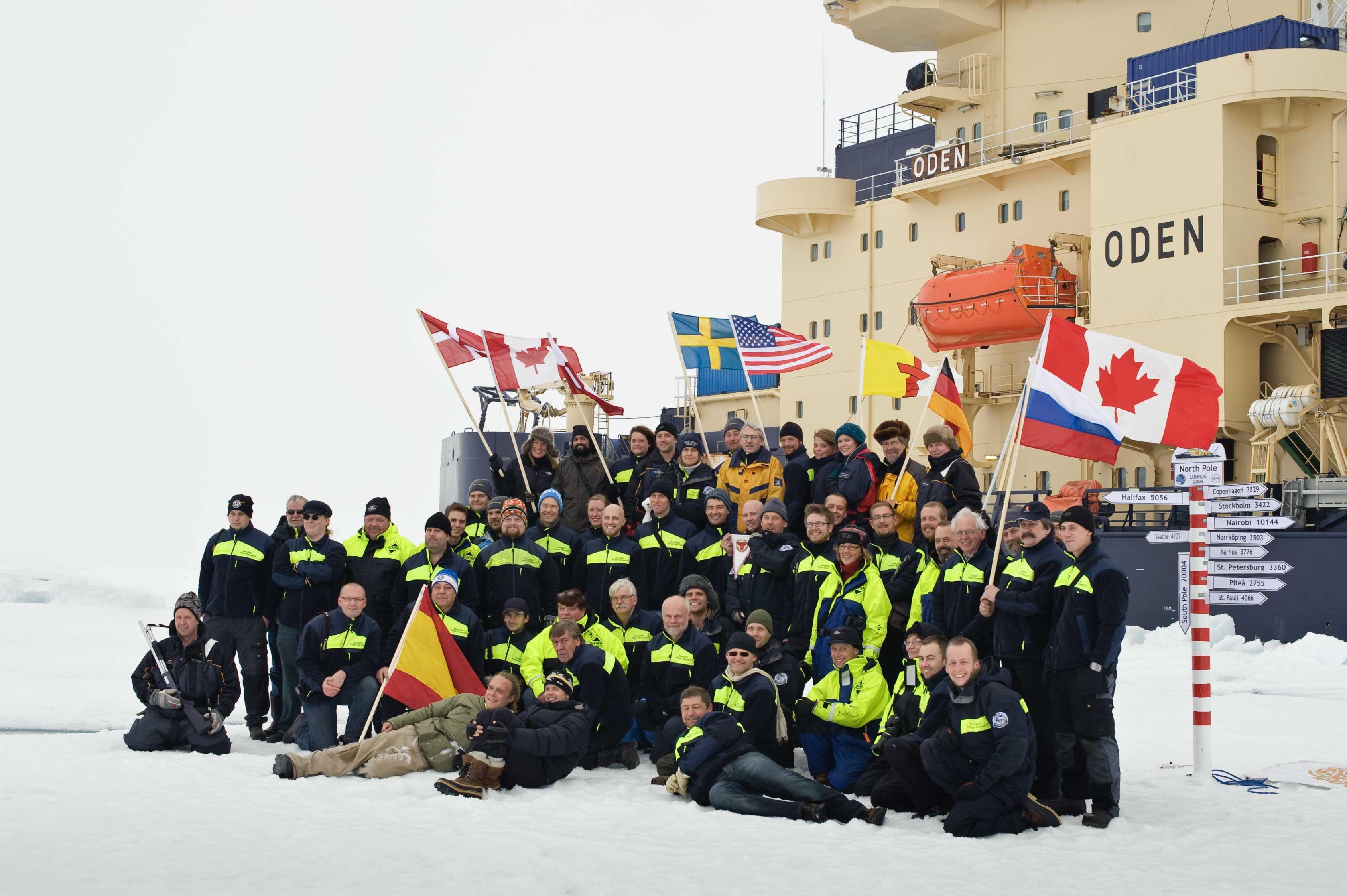 Ankomsten til Nordpolen blev markeret på traditionel vis ved at hejse et flag for hvert af de lande, der er repræsenteret ombord på Oden