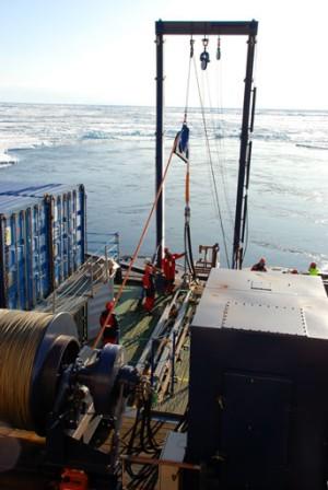 Arbejde med det seismiske udstyr som er monteret bagerst på skibet. Foto: Daniella Gredin.