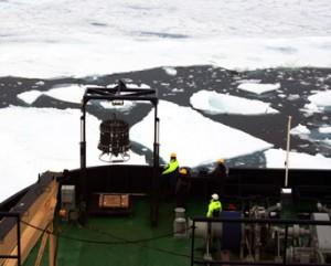 CTD instrumentet klar til at blive sænket ned i dybet. Foto: Mike Lamplugh