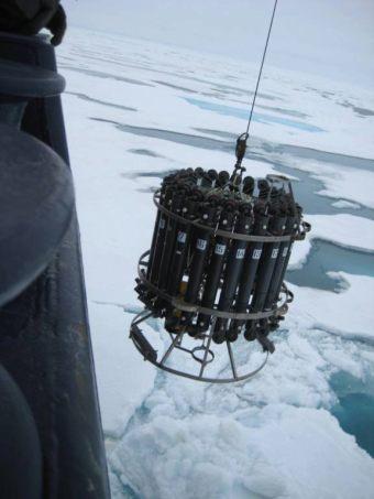 Odens CTD udstyr sænkes ned foran stævnen på skibet. Foto Leif Toudal Pedersen.