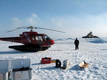 Opmålinger på isen i smukt vejr. Oden i baggrunden. Foto: Christian Schager.