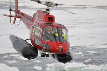 Ved midnat og tidligt om morgenen den 4. august stak skibets helikopter af sted på isrekognoscering, for at finde den bedste vej igennem isen til skibet. Foto: Ludwig Löwemark.