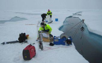 Vi lige fået CTD'en op af vandet (den står midt i billedet). Den røde generator står forrest, og en af vandhenterne (flaskerne) ligger til venstre. Til højre ses det mobile spil med den blå ramme, kabelhjulet i midten og meterhjulet der måler hvor langt vi har rullet rebet ud. I baggrunden er Kajsa ved at pakke sine net sammen. Foto: Steffen Olsen.