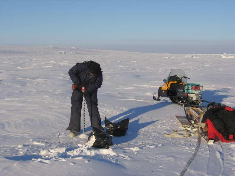 John Boserup fra GEUS afprøver et letvægtsbor på havisen nær Alert den 31. marts 2006. Foto: Ron Verral.