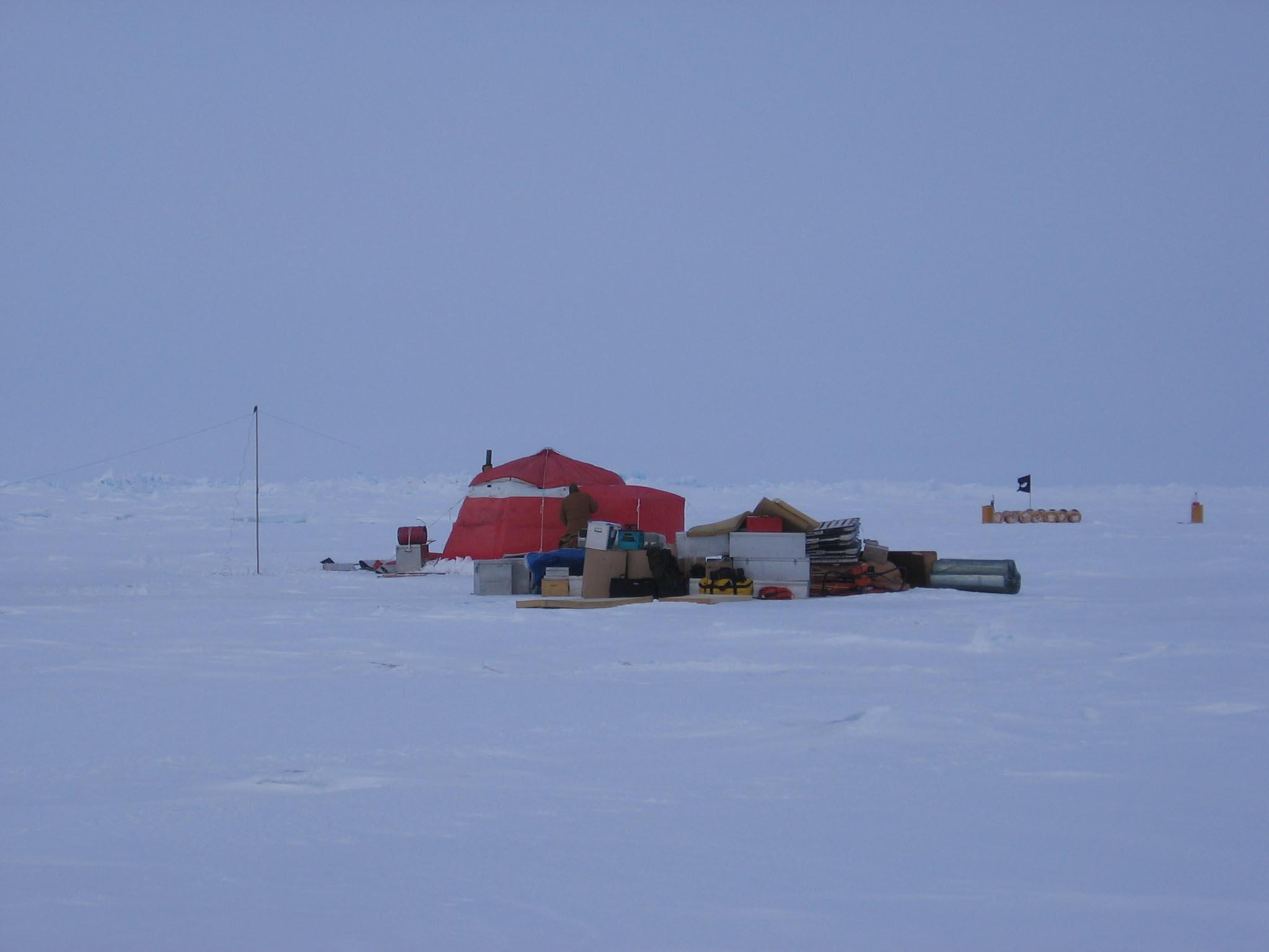 Billede fra islejren den 2. april., der nu er beboet af Jørgen, Mike og Greg. Lejren ligger knap 300 kilometer ude i Polhavet nord for Alert. Vejret er ikke for godt. Foto: Ron Verral.