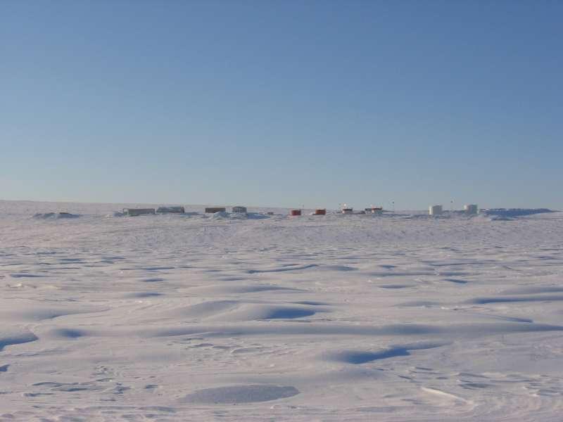 Billede fra den 31. marts af bygningerne nær landingsbanen på Alert. Billedet er taget fra havisen i den lille bugt Dumbell Bay nær stationen. Isen i forgrunden er 2 meter tyk. Den store bygning, der er nummer to fra venstre er den såkaldte Spinnaker bygning, hvor forskerne og teknikerne arbejder. Foto: Ron Verral.