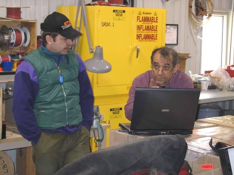 Dave Mololey og Isa Asudeh i Spinnaker bygningen. Dave lytter koncentreret til en Isa, der er ved at forklare et eller andet.