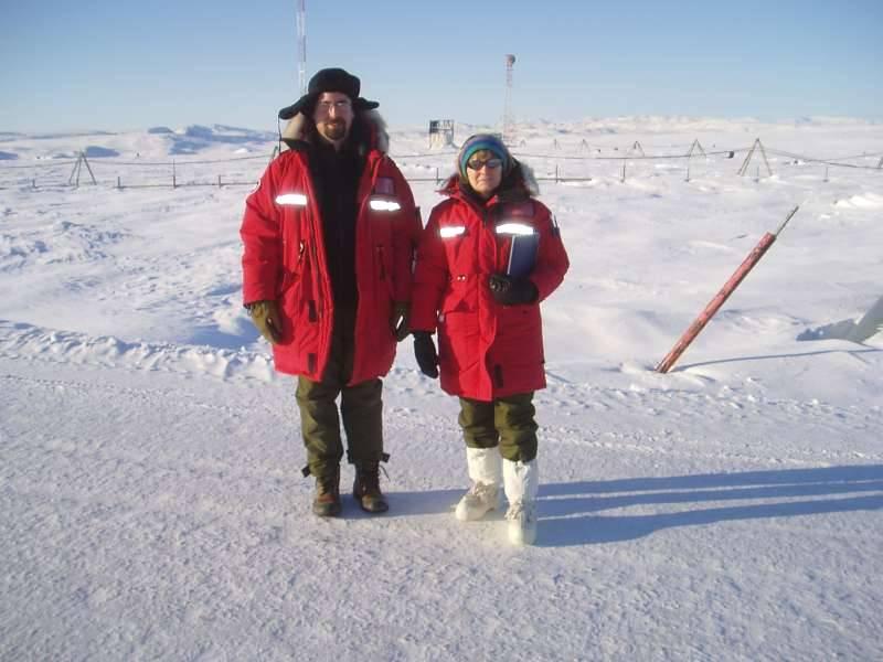 Den canadiske ekspeditionsleder Ruth Jackson flankeret af John Shimeld. I baggrunden ses the Black Hills. De har helt sikkert fået deres navn om sommeren. Foto: Ron Verall.