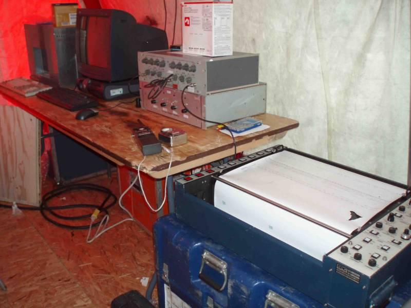 teltet til udstyret på den drivende seismiske station ved islejren.