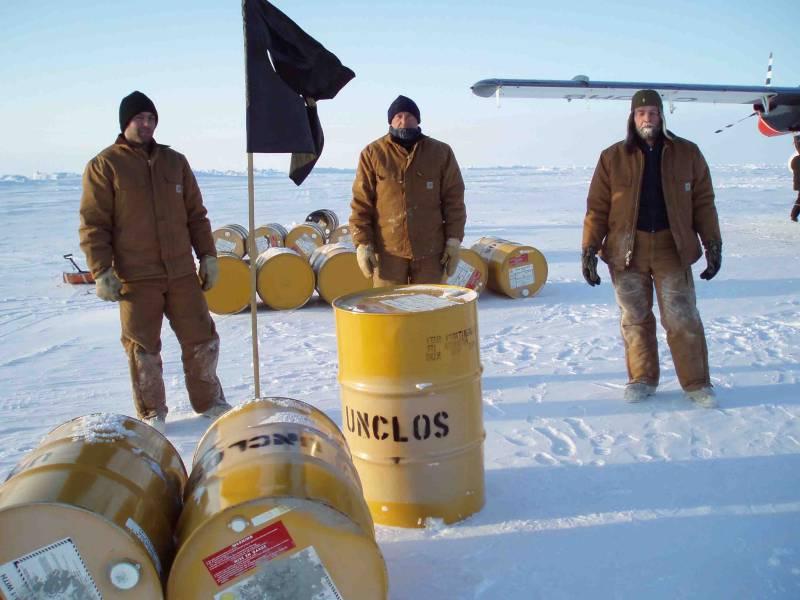De tre lokale beboere i islejren stillede op til fotografering under besøget. Greg Middleton, Mike Gorveatt og Jørgen Skafte