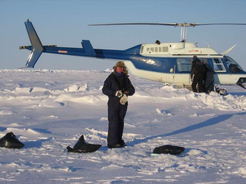 John Boserup på boreholdet ved et af borestederne på isen. De sorte affaldssække fyldt med sne bruges til at markere borestedet, så det næste hold – fragtholdet kan finde stedet.