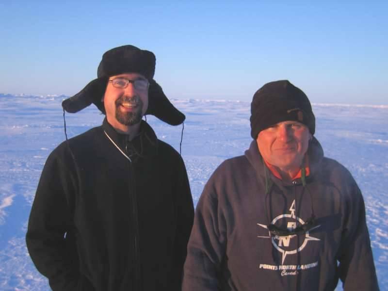 John Shimeld og helikopterpiloten Bill Denomme på isen for at indsamle receivers.