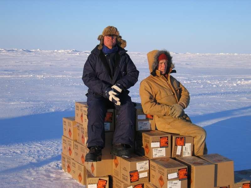 John Boserup og Ron Verral sidder på et par tons sprængstof, mens de venter på en helikopter.
