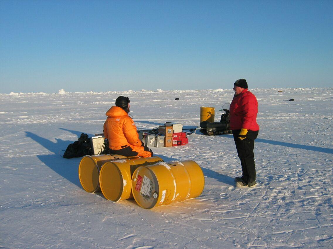 Morten Sølvsten og Jon Biggar gør klar til test af udstyret ved islejren.