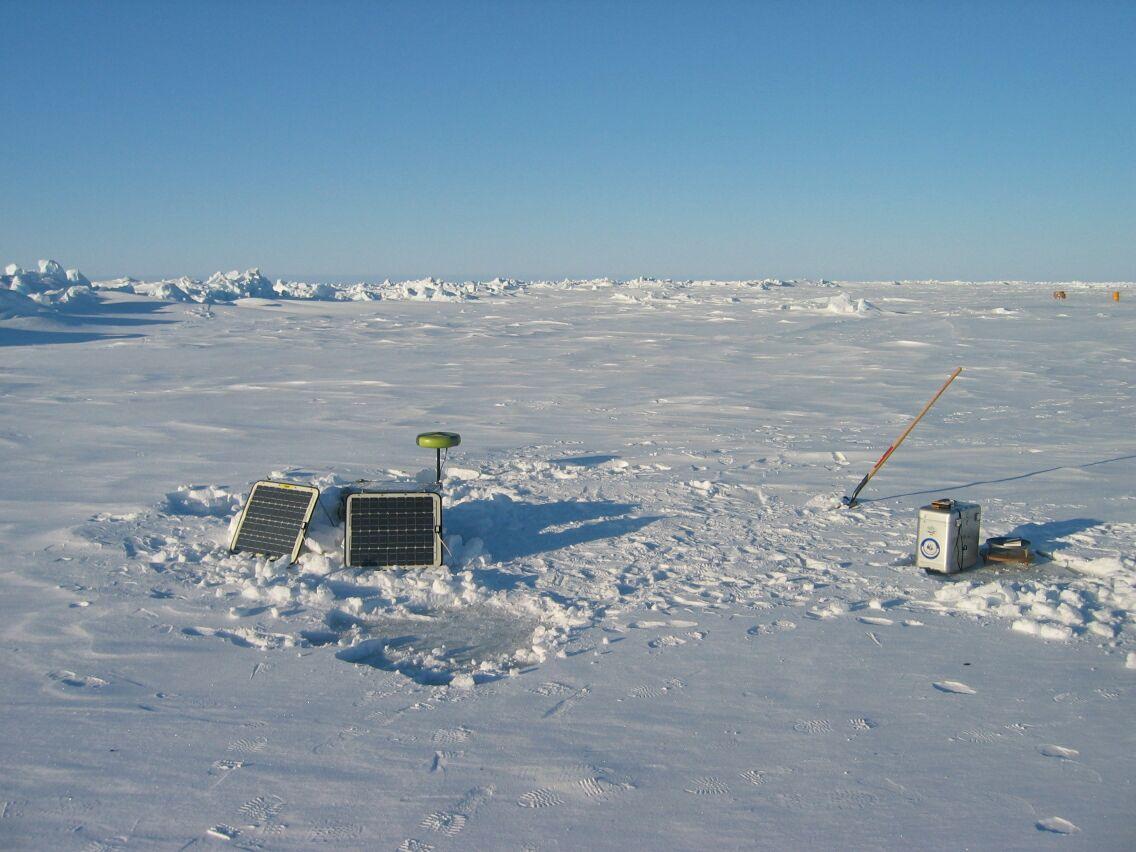 Soldrevet GPS-station, der skal måle tidevandets bevægelse ved islejren.