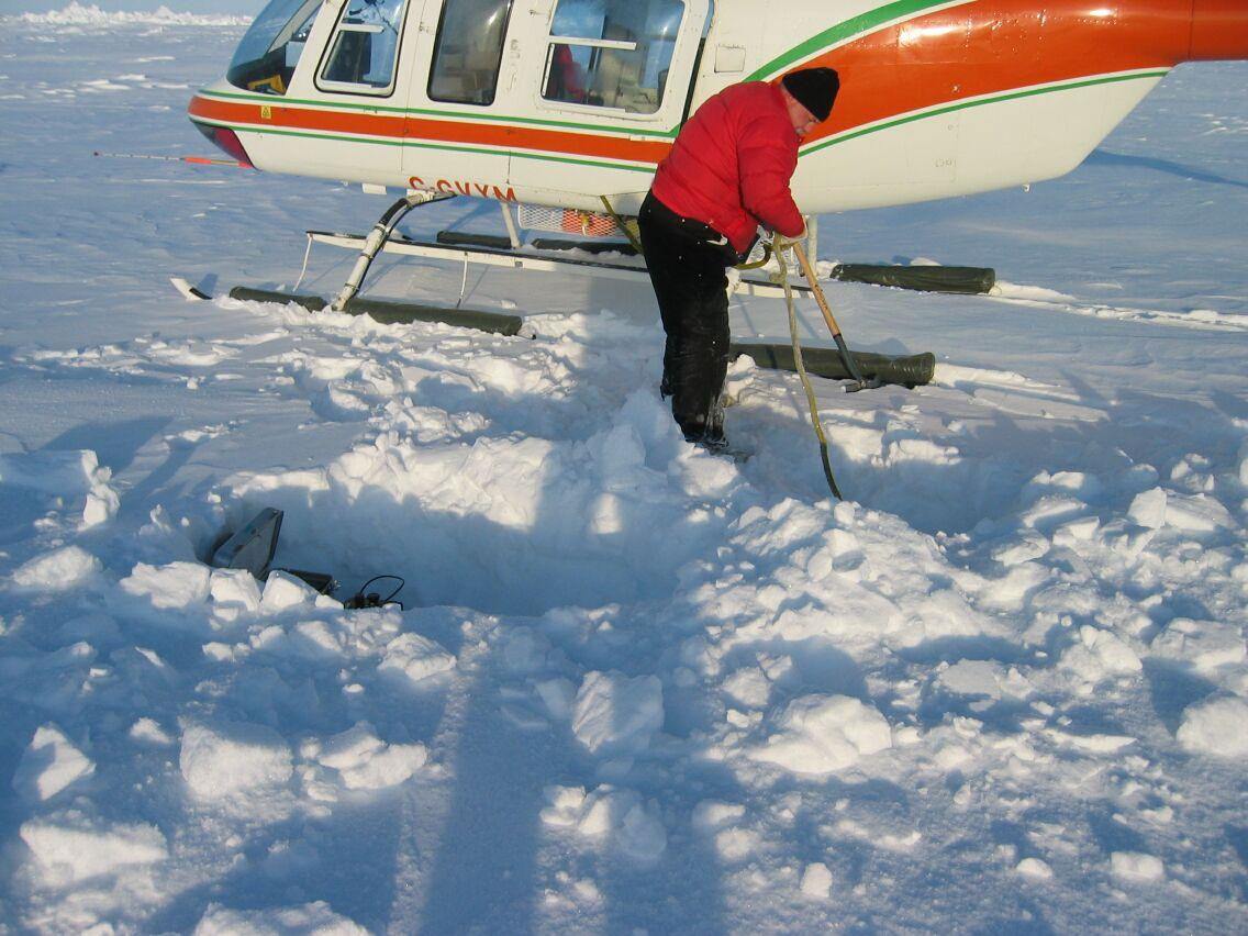 Målinger af vanddybde og tyngde på isen. Det var nødvendigt at grave ned igennem sneen til den faste is for at finde et stabilt underlag til instrumenterne.
