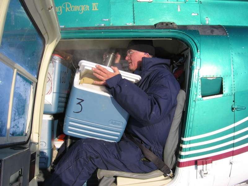 John Boserup stuvet sammen med 17 receivere i helikopteren, som en sardin i en dåse. Til trods for den trange plads, så lykkedes det ham faktisk, at få skænket en kop te fra termokanden på vej tilbage med instrumenterne.