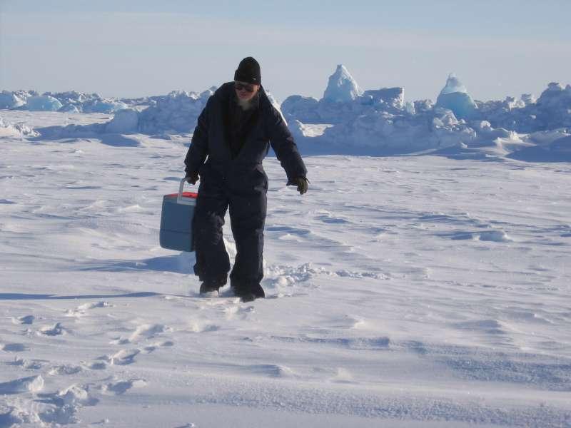 John Boserup fra GEUS i gang med at indsamle receivers på isen.