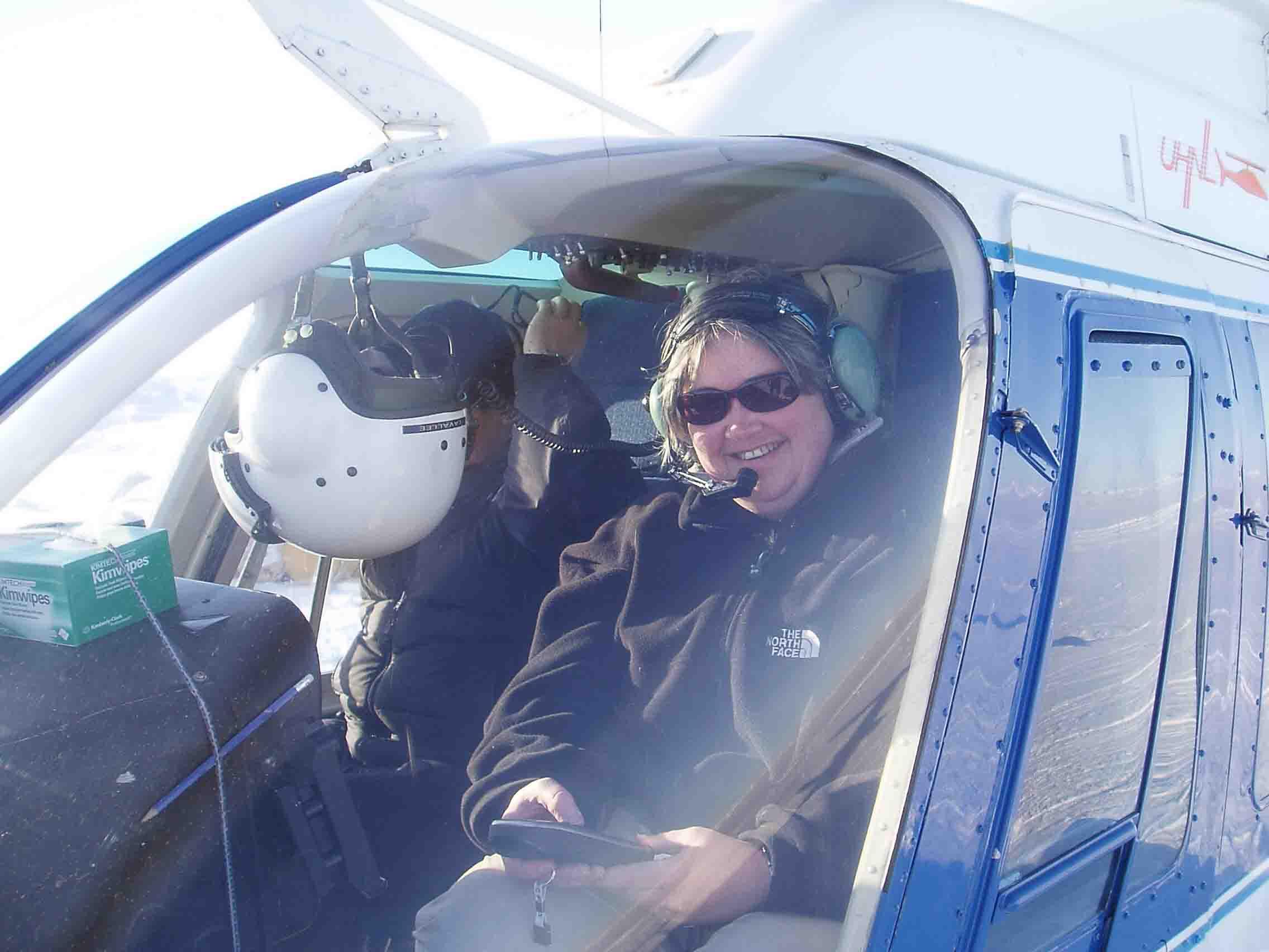 Trine Dahl-Jensen fra GEUS starter ud på eftersøgning af receivers på isen.
