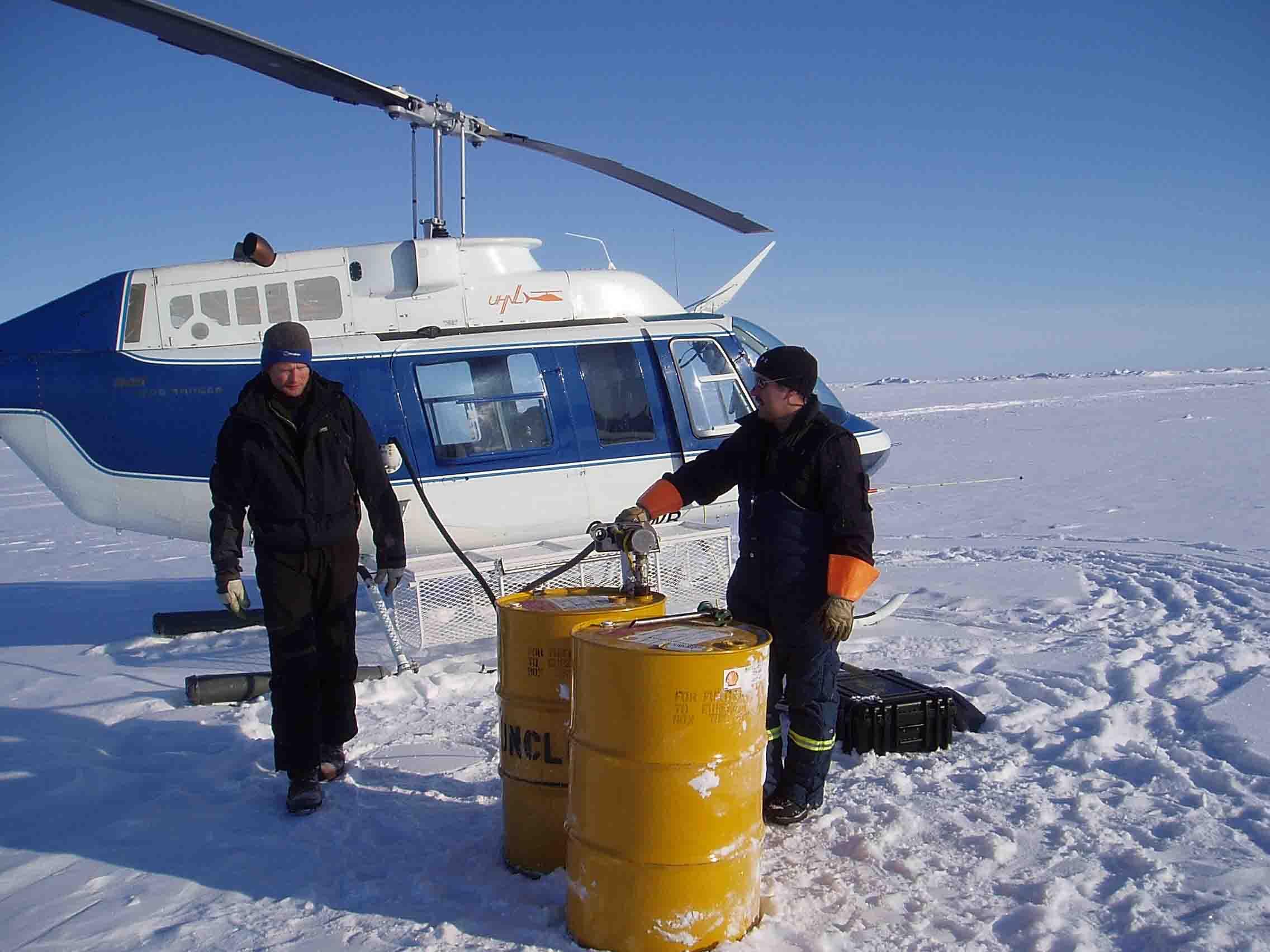 Tankning af helikopter på isen.