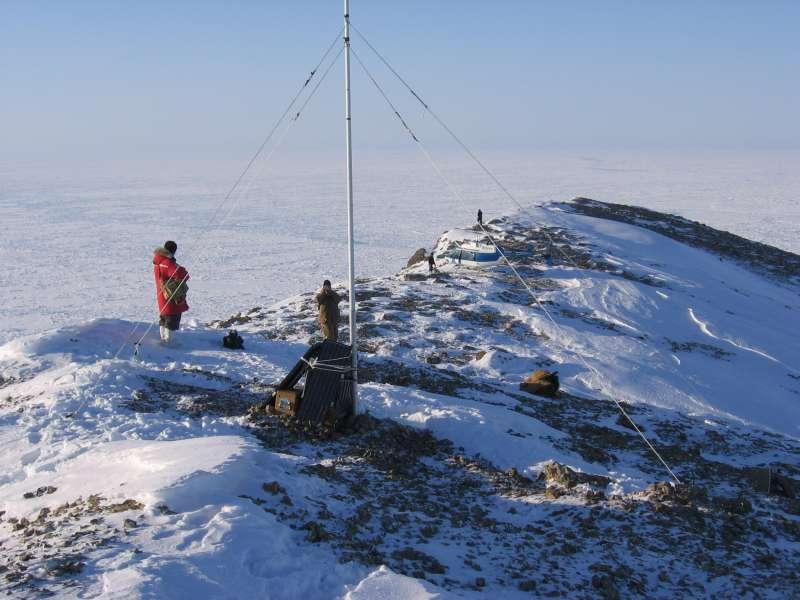 VHF relæstationen på Merv's Peak. Udsigten er fantastisk. Det var en perfekt vindstille dag på dette sted. Man kan se 600 meter ned på det frosne Polhav. Foto: Kelly Bentham.