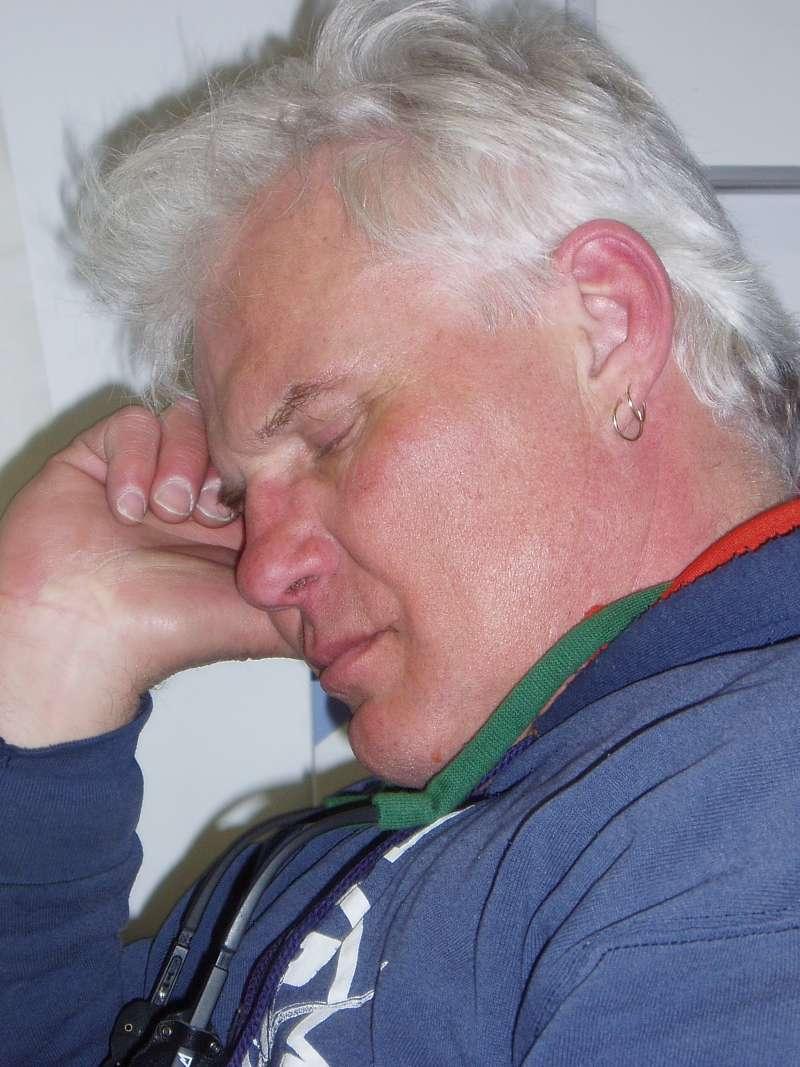 Helikopterpiloten Bill Denomme venter på bedre vejr. Man kan se, at han er god til at slå ventetiden ihjel.